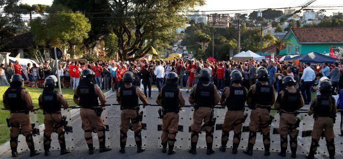 Delegados da PF querem transferência imediata de Lula