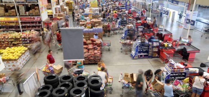 Intenção de consumo das famílias sobe em fevereiro, aponta CNC