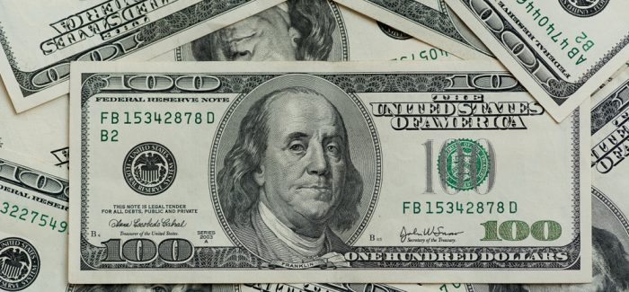 Com alta do dólar, brasileiros gastam menos no exterior