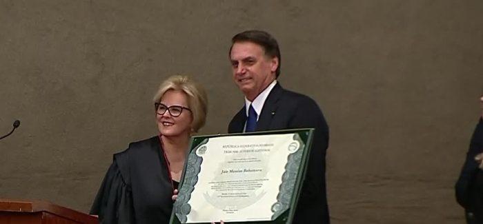 """Bolsonaro chora ao ser diplomado e diz que será """"presidente de todos"""""""