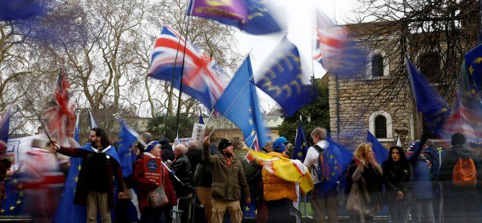 Parlamento britânico adia decisão sobre Brexit