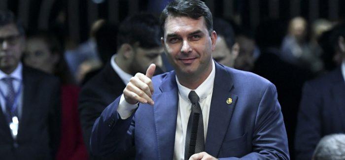 Flávio Bolsonaro nega suspeitas e diz ser vítima de vazamentos