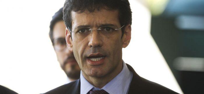 Ministro do Turismo retorna ao cargo após tomar posse na Câmara
