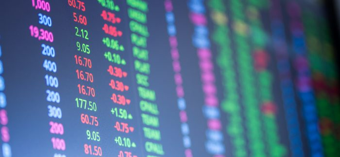 Ibovespa opera em leve queda e retorna aos 97 mil pontos; dólar cai