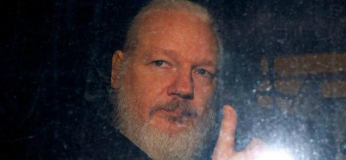 Assange é condenado a 50 semanas de prisão por tribunal inglês
