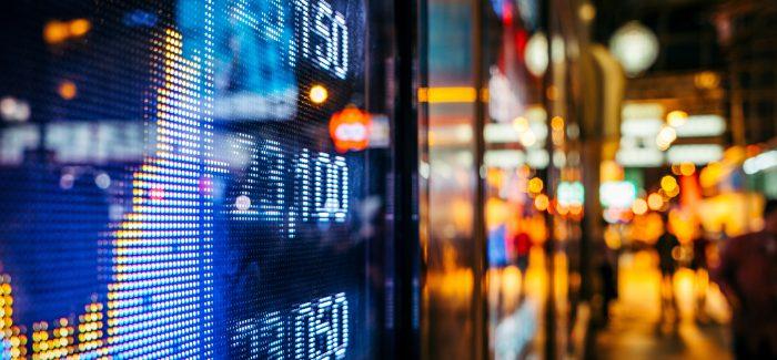 Ibovespa opera em alta e dólar tem forte queda