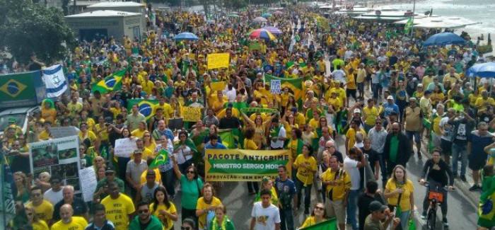 Bolsonaro compartilha vídeos e defende manifestações