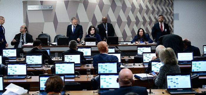 Comissão do Senado aprova projeto que criminaliza o caixa dois