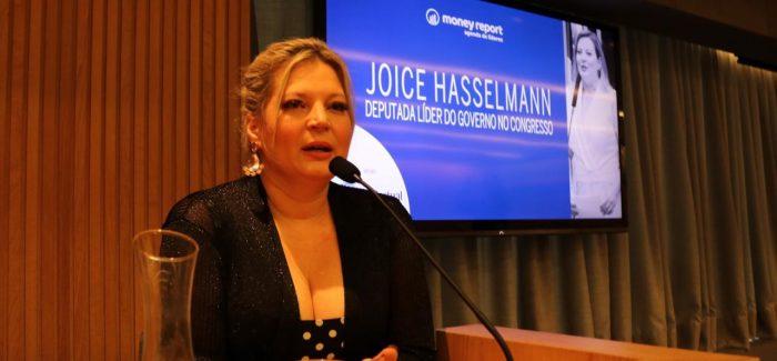 """Bolsonaro é um brucutu honesto"", defende Joice Hasselmann"