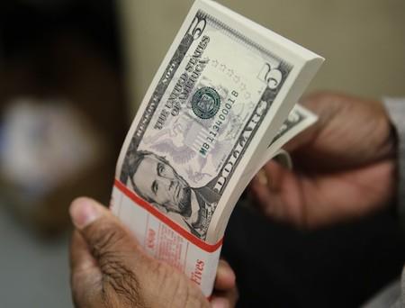 Dólar tem leve alta ante real com ajuste e caminha para 3ª semana de valorização