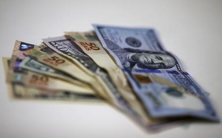 Dólar reduz queda ante real com fluxo de compra; cena política continua no radar