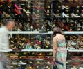 Consumidora observa loja em São Paulo