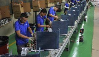 Funcionários trabalham em fábrica em Manaus