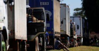 Caminhões em estrada em Luziania, perto de Brasília, Brasil
